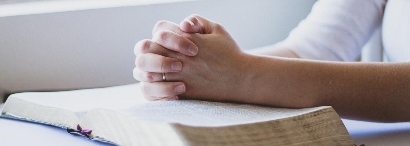 Betende Hände mit Bibel (1500x1000)