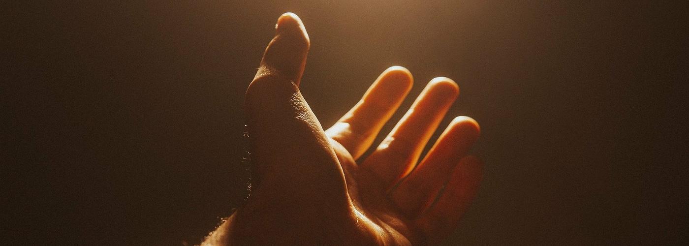 Gottesdienst (Hand ins Licht)_1900x1500