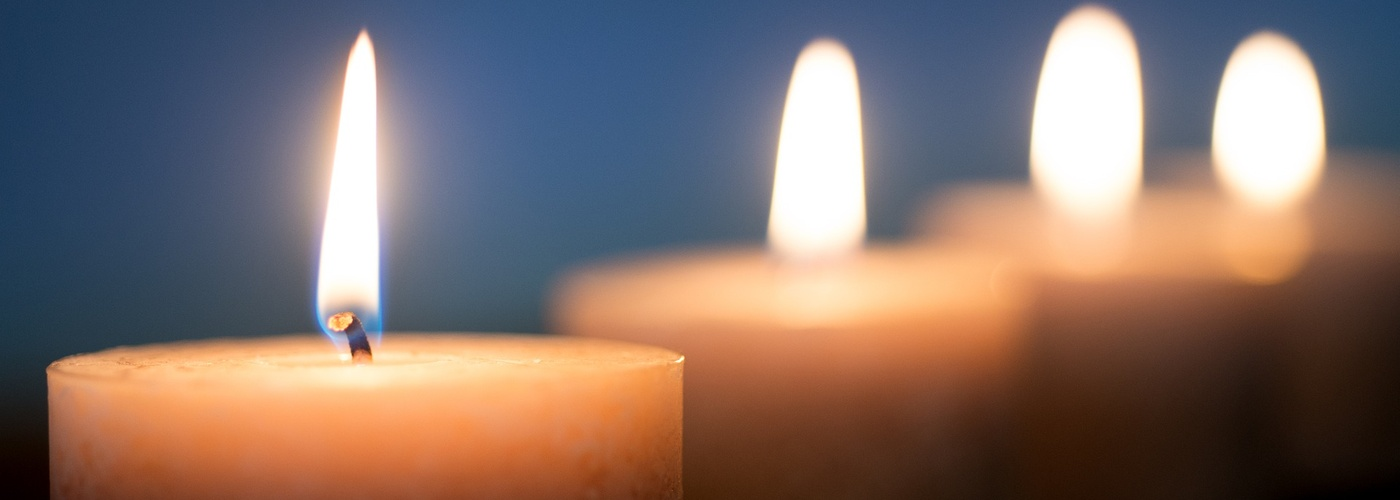 Kerzen_4 in schraeg fluchtender Reihe (pixabay_candle-4719019)_1920×1295
