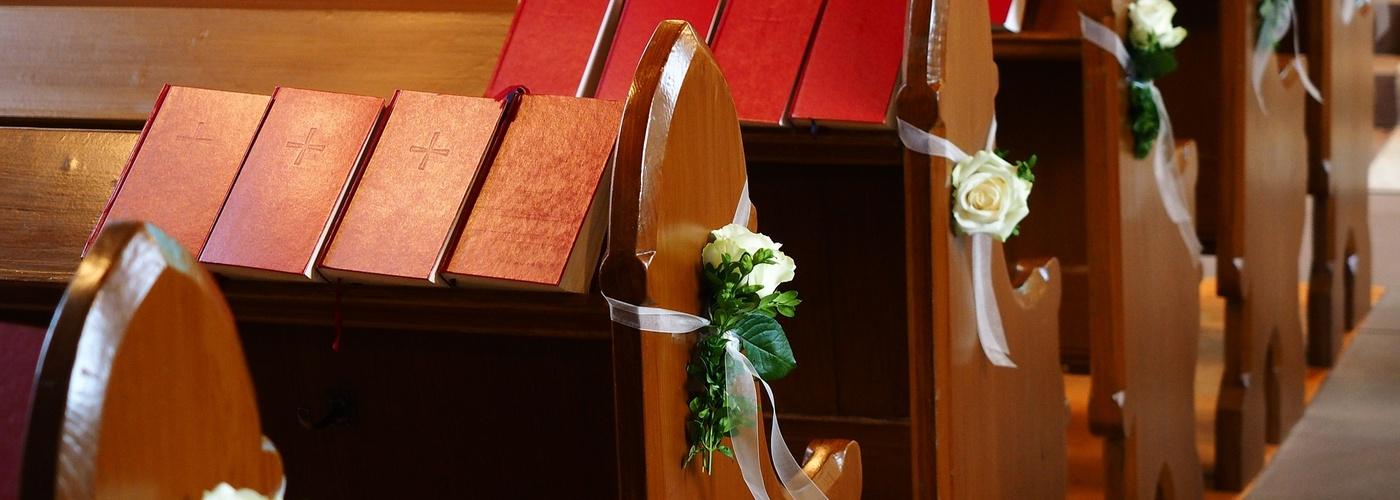 Kirchenbänke_Hochzeitsschmuck (pixabay_church-pews-590762)_1920×1440