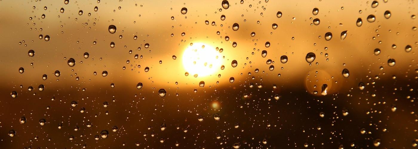 Sonnenuntergang_verregnetes Fenster (pixabay_rain-3940580)_1920×1280